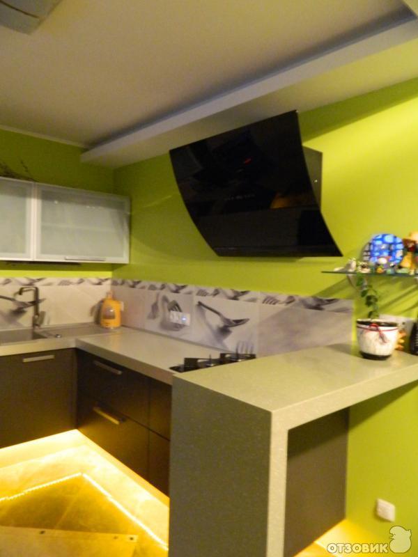 Черная вытяжка на кухне фото