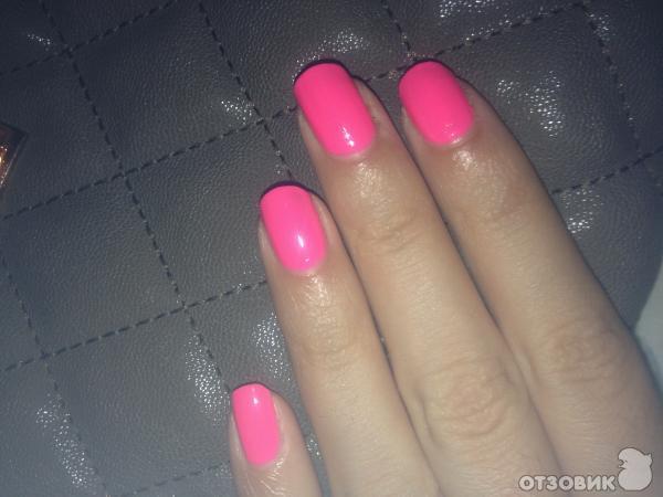 Ярко-розовый лак для ногтей
