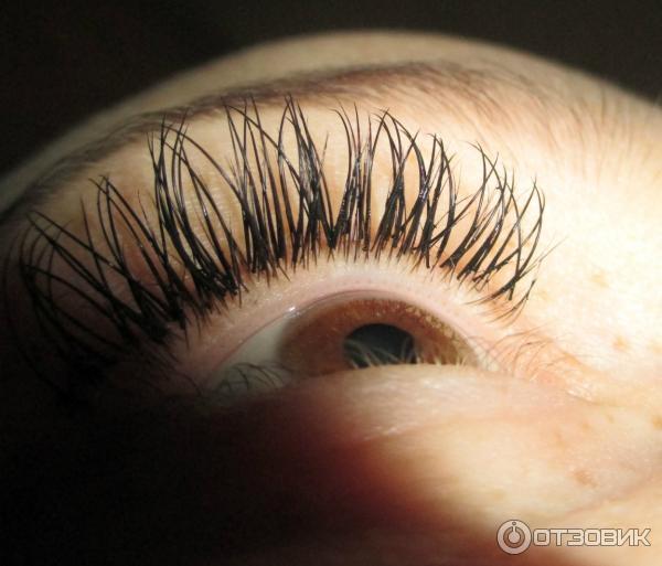 Японское поресничное наращивание ресниц заключается в том, что косметолог накладывает ворсинки поштучно на каждую натуральную ресницу, получая ее естественное продолжение.