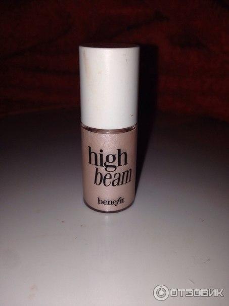 Рассказывая о хайлайтере benefit high beam, я пообещала, что покажу вам своего любимца — watt's up!.
