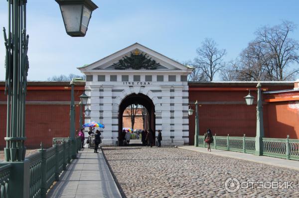 Перед Петровскими воротами