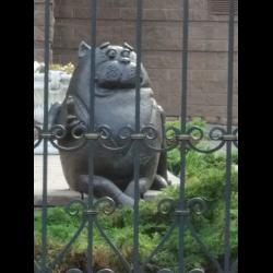 Памятник кот с сосиской